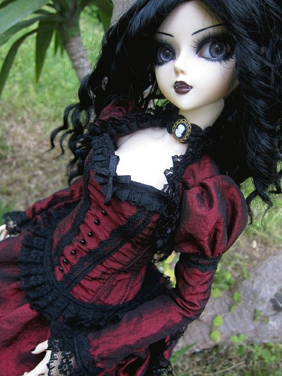 gothic doll, mini me ! i need to know who makes these dolls they are amazing !