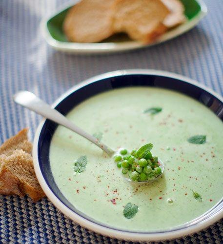Erbsensuppe  Die Rezepte für Erbsensuppe unterscheiden sich nicht nur nach der Art der Zubereitung, sondern auch nach Erbsen-Sorte. Mal kommen grüne Erbsen zum Einsatz, mal sind es gelbe. Den größten Unterschied aber machen die Gewürze und die Beigaben aus. Je nach Region kommen verschiedene Sorten Gemüse in die Suppe, darunter Kartoffeln und Zwiebeln. Neben Pfeffer und Salz stehen außerdem Majoran und Thymian auf der Liste der wichtigsten Gewürze für den Erbseneintopf.