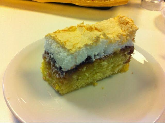 En dejlig saftig sukkerbrødskage med et tyndt lag marmelade efter eget valg og marengs på toppen. Jeg har tidligere bagt en udmærket Bedst...