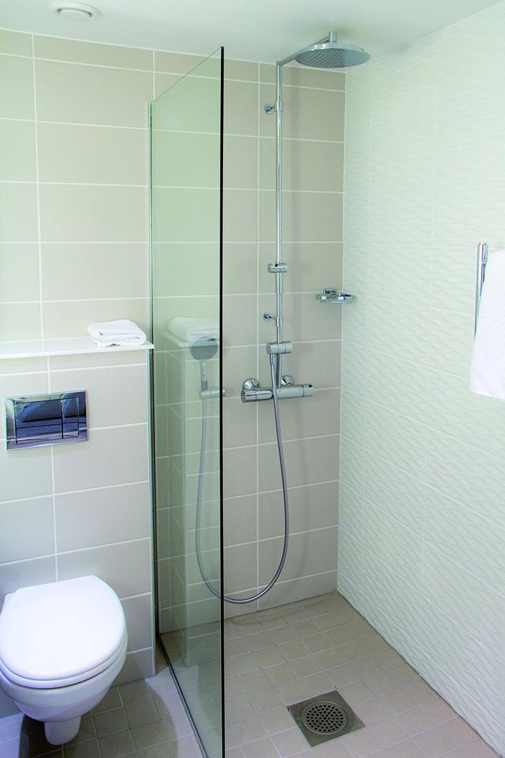 Kartano, kotimainen seinälaattasarja koossa 20×40 cm. Peruslaatan väri pellava, tehostelaattana Kartano Aino helmi -kuviolaatta.
