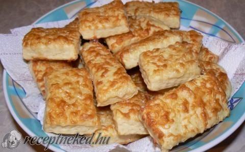 Sajtos gyorsan recept - Hozzávalók: 30 dkg liszt 1/2 cs sütőpor 1 kk só 1 tojássárgája 1 tojásfehérje 2 ek tejföl 2 ek tej 15 dkg olvasztott vaj 15 dkg reszelt sajt (füstölt, vagy ementáli)