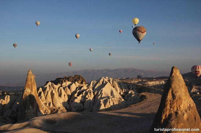 Balloon ride in Cappadocia, Turkey. . SALVE SÃO JORGE!! E São Jorge é da Capadócia! Nós já fomos e fizemos o emocionante passeio de balão. Temos várias dicas desta linda região lá no blog. Confira: