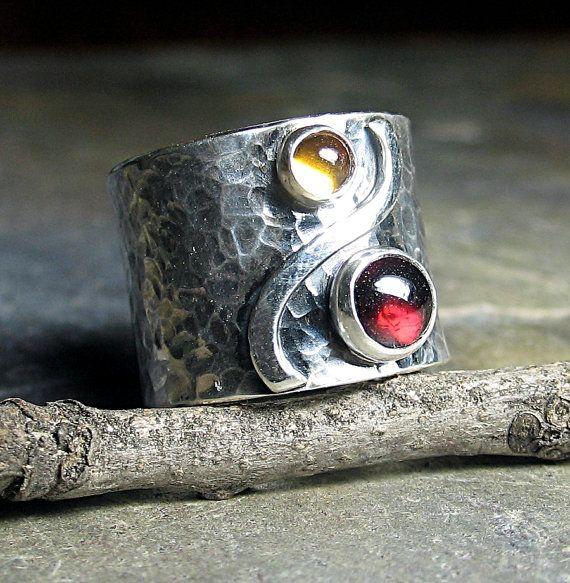 Anillo de banda ancha de plata con granate y por LavenderCottage