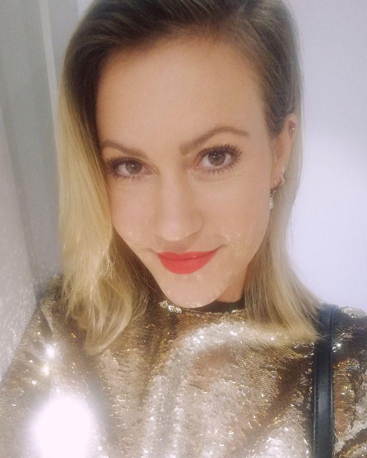 Golden Girl beim @planinternationaldeutschland #ulrichwickertpreis. #Danke für Eure tolle und wichtige Arbeit 🙏🏻 #planinternational #becauseiamagirl #planambassador #kinderhilfswerk #planpate #charity #kinderpatenschaft #werdepate #helfenmitplan #kinderrechte #childrensrights #styling by @sabine_berlipp #blouse by @sabinamusayev #goldengirl #shoes by @maipiusenza_official