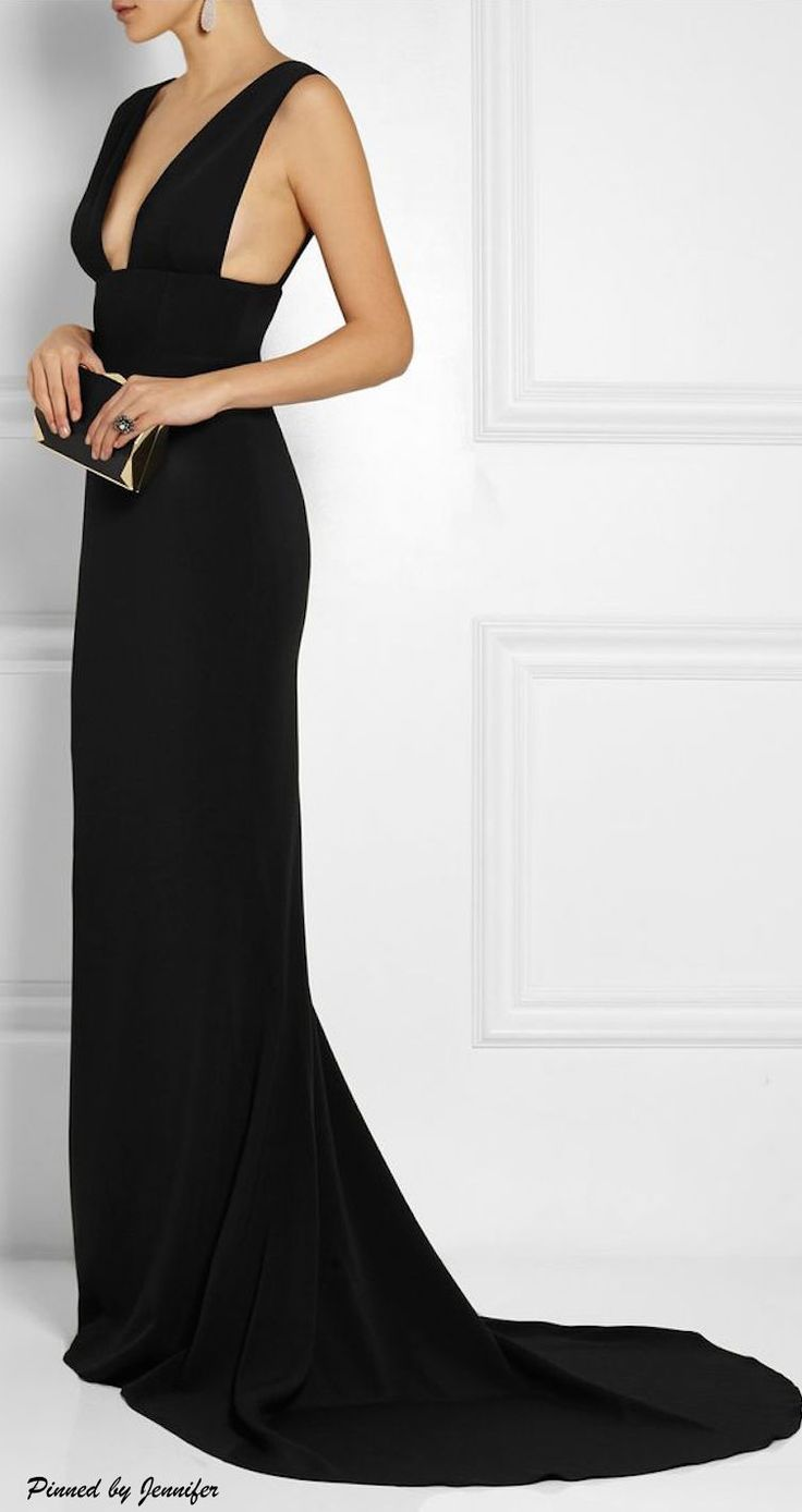BRIDESMAID'S DRESS: Black. Sleek. Classic.