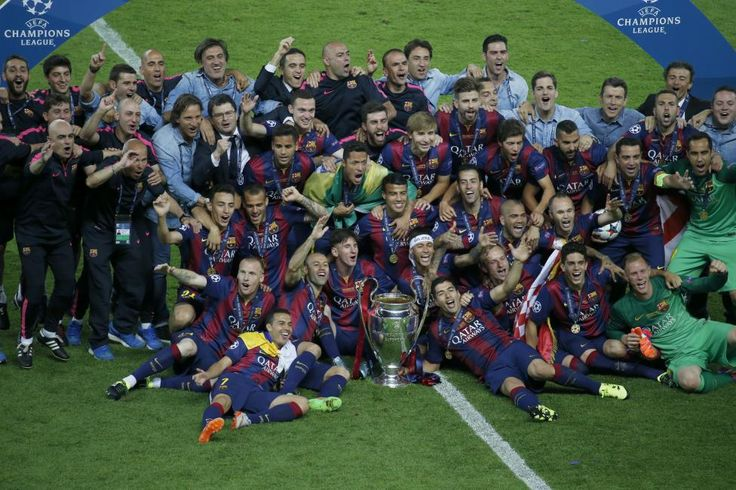 Barcelona players celebrate with the trophy after winning the Champions League final. REUTERS/Fabrizio Bensch