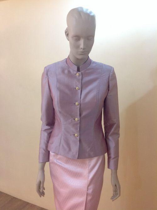 แบบชุดผ้าไหม ชุดไทยจิตรลดา ( Thai Chitlada ) ชุดไทยแขนกระบอก คอตั้ง เสื้อ ผ้านุ่งแยก ผ้าไหมทั้งชุด ไล่สี ชุดใหม่ เหมาะกับสาวๆที่ไม่ชอบ สวมเครื่องประดับมากๆ นิยมใช้ในงานบุญ และพิธีลำลอง ตอนกลางวัน