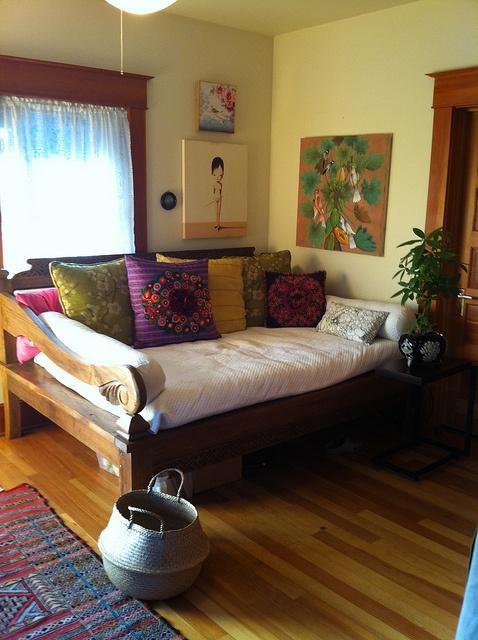 wow je veux un daybed comme ça dans mon grand salon lumineux avec boiseries, imaginaire