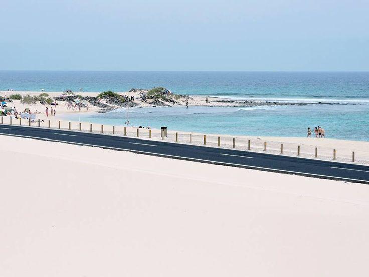 Playa de El Moro, Parque Natural de Corralejo, Fuerteventura La carretera está pegada a la playa  Foto de Home Canarias