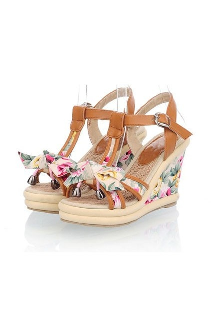 The sandals made of PU, featuring ankle strap fastening with pin buckle, all over floral print, bow-knot to vamp, wedged design with high platform.