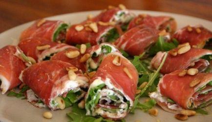hapje van rauwe ham, roomkaas, rucola en pijnboompitten