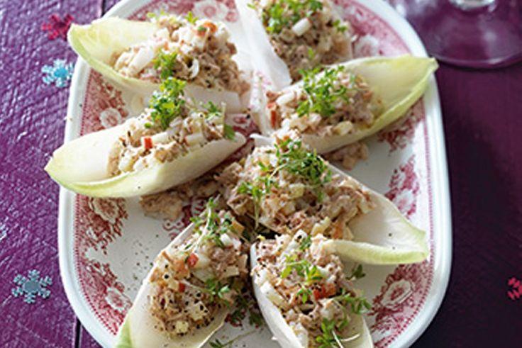 Recept voor: witlofbootje frisse tonijnsalade | Snijd de halve appel in piepkleine blokjes. Haal 8 blaadjes van het lof los en snijd de rest in flinterdunne reepjes. Prik de tonijn los met een vork en schep om met de appel, witlof, tonijn, mayonaise en het …
