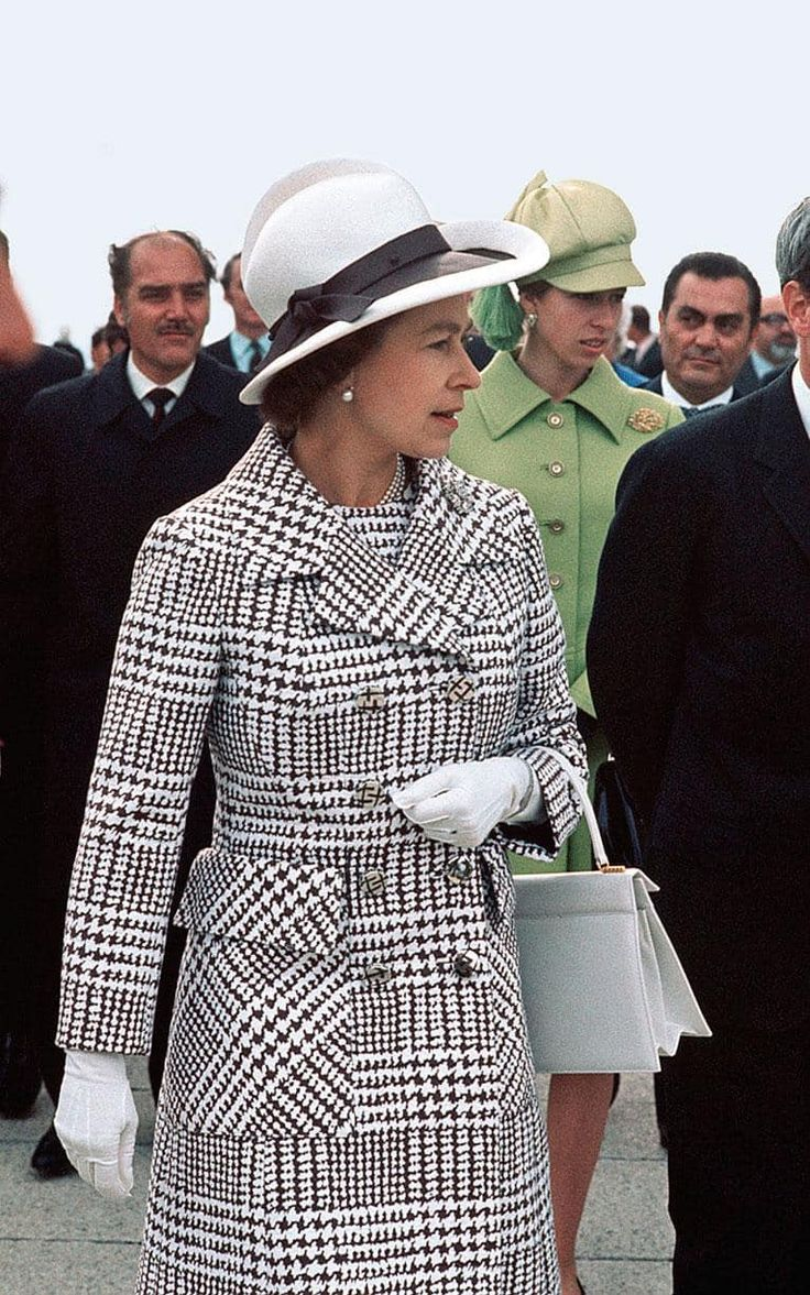 The Queen 1971 wearing a lovely houndstooth dress and coat. Princess Anne chose a light green. We don't often see the queen in black and white.