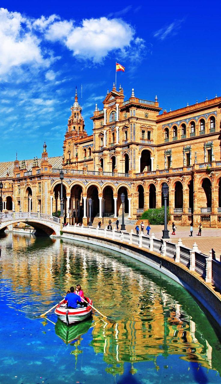 Esto es La Plaza de España en Sevilla. Ana la vio durante su viaje en el carro. Es una gran atracción para las turistas y hay muchas cosas la gente puede hacer. Tú puedes ver en el foto que muchas personas vienen a la plaza para pasar tiempo y hablar con amigos. También, tú puedes montar un barco en el río.