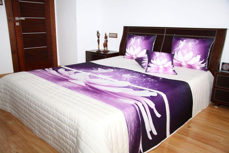Biała pikowana narzuta do sypialni z fioletową lilią