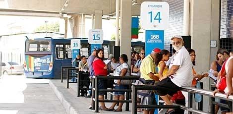 Novo trem do Metrô passa a operar na Linha Sul nesta segunda O esquema deve melhorar o atendimento aos usuários que utilizam, desde sábado, o mais novo terminal integrado Tancredo Neves O Metrô do Recife reforça, a partir desta segunda-feira (22), o serviço na Estação Tancredo Neves, na Imbiribeira, Zona Sul. Além dos dois novos trens que  Publicado em 21/04/2013, às 20h44 (Leia [+] clicando na imagem)