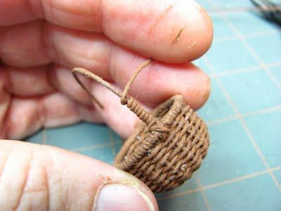 Tutorial on how to weave this tiny basket from crochet thread: Inch Minis, Tutorial, Crochet Thread, Miniature Furniture, Tiny Basket, Dollhouse Miniatures