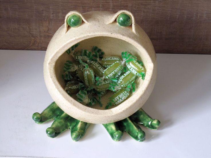 Mlsná+žába+Keramická+žabka+ve+tvaru+koule+modelovaná+ze+šamotové+hlíny+-+dovnitř+se+vejdou+tři+běžné+sáčky+bombonů+-+na+obrázku+je+nasypaná+jeden+:)