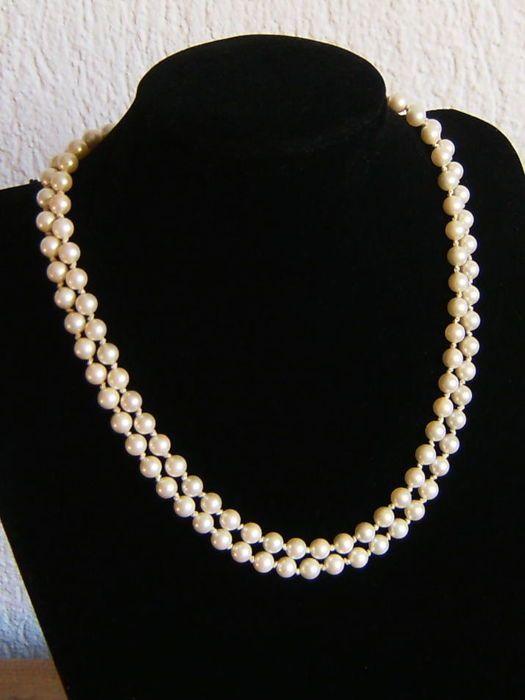 Dubbele ketting gemaakt van gecultiveerde parels ca. 6,3 mm diameter, 925 zilveren gesp  Voorwaarde; nauwelijks gedragen - gekweekte sieraden set van gemaakt parels  Kan worden gebruikt als een paar of een.   Twee Parel Kettingen Soort parels / oorsprong: gekweekte ZOETWATERPARELS uit Zuidoost-Azië Aantal parels: 54 en 57 Parel van diameter: ca. 6, 3 mm Parel van de vorm: ronde Lichaam-kleur: wit Boventonen: wit-crème Glans: glanzend Lengte van halsband: ca. 44 cm en 42 cm. samen: 86 cm ...