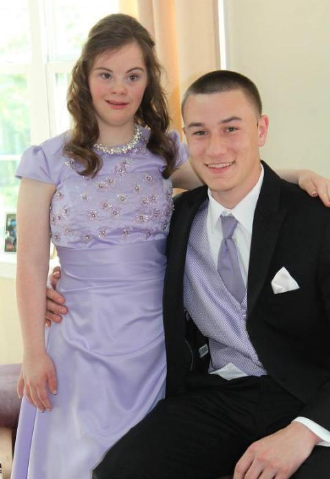 PENT PAR: Endelig kunne Mary (17) dra på skoleball med sin gamle bestevenn Ben (17). Foto: Lisa Troutman Moser