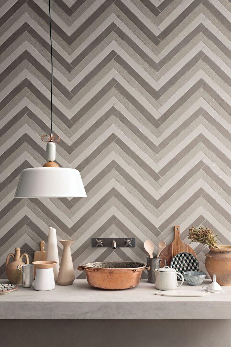 La collezione Trame di Lea Ceramiche consente di avere superfici continue con elementi decorativi, non solo a parete ma anche a pavimento. Disponibili tre effetti materici e sei colorazioni.
