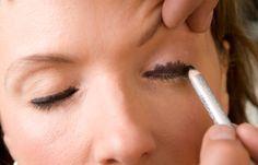 Step 4: Lidstrich - Schlupflider  - Mit einem schwarzen Eyliner (Crayon Eyeliner 094 von Dior) eine breite Linie oberhalb der Wimpern ziehen. Um zu demonstrieren, dass hier keine Zurückhaltung angesagt ist, schraffiert Norman das Augenlid ganz grob (Bild)...