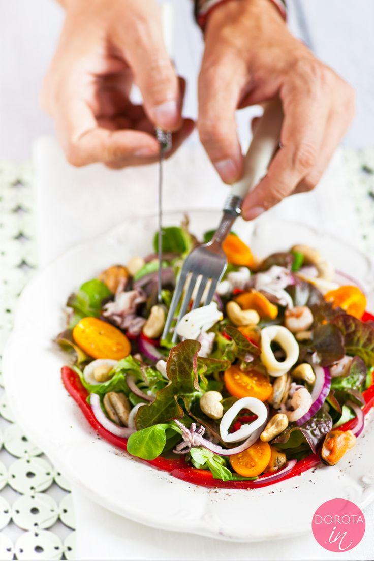 Sałatka z owocami morza poprawiająca pamięć, za sprawą owoców morza, orzechów i oleju lnianego bogatego w kwasy omega-3 i omega-6. Polecam z tostami z chleba graham :).   http://DOROTA.iN/salatka-z-owocami-morza/  #przepis #salatka #seafood #kuchnia
