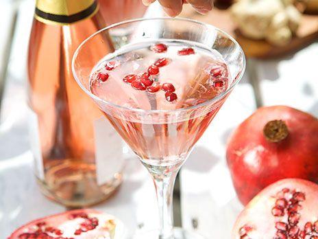 Alla behöver lite lyx och flärd ibland! Här är en vacker, bubblig drink på mousserande vin eller champagne. Recept från Venus drinkar.