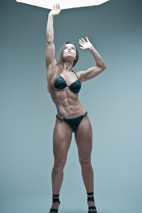"""Gosto muito de ver fotos de corpos bacanas pra me inspirar. Acho bonitos tanto os corpos mais atléticos de competição quanto os mais """"normais"""" e o padrão """"Wellness"""" que é um…"""