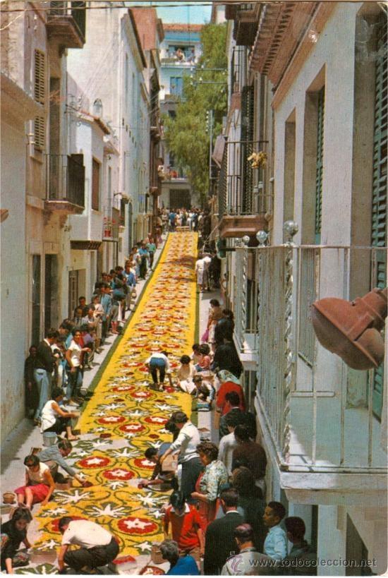SITGES - CORPUS CRISTI - ALFOMBRAS DE FLORES EN LA CALLE SAN PEDRO (AÑO 1970 APROX)