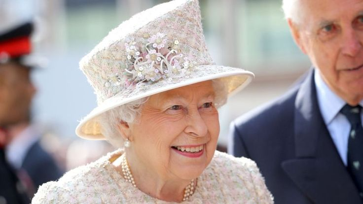 Queen's Sapphire Jubilee Call to make milestone with bank holiday - BBC News