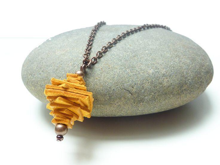 Pendentif jaune en chutes de cuir recyclé sur sa chaîne cuivrée : Collier par desbourgeonssurlebitume