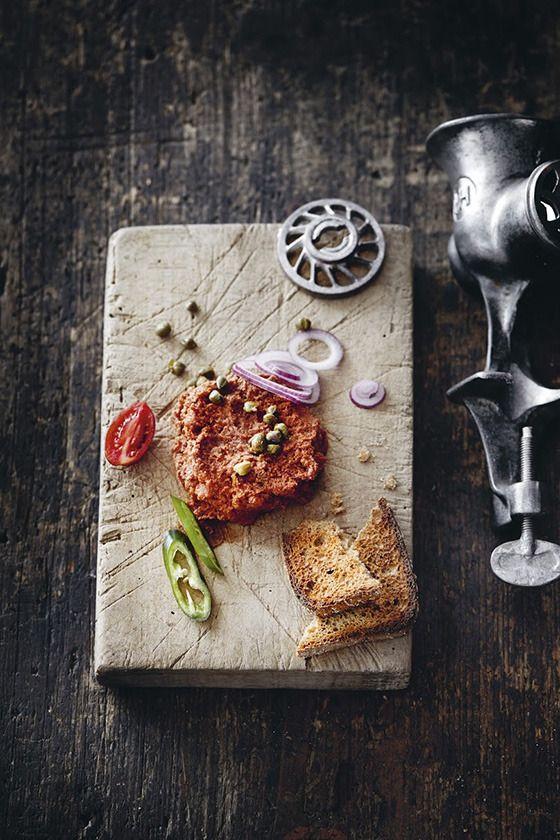1番人気のタルタルステーキ。レシピは大胆にも最新料理本『ミート ザ グリーン』(ドイツ語版)に掲載チューリヒのメインストリートにあるベジタリアンレストラン「ハウス ヒルトゥル」(ヒルトゥル本店)