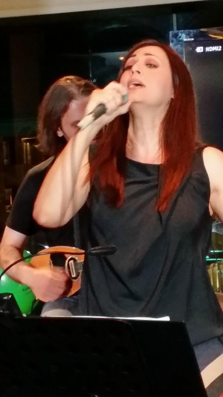 Η Ελένη Πέτα ερμηνεύει τραγούδια του Γιάννη Καλπούζου.
