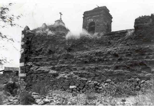 Años antes se habia caido parte del techo, continuó el culto pero a mediados de llos cincuenta empezó la construcción del nuevo templo
