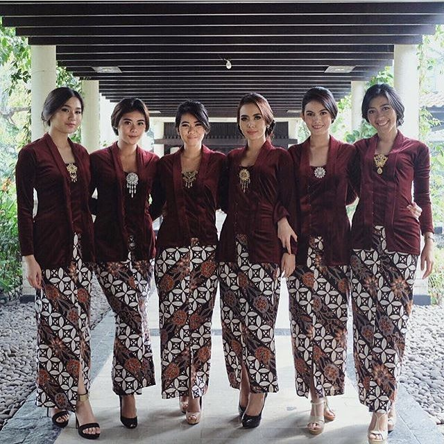 Never get bored with a classic kutubaru-kain combo. . Regram from @lidiakarlina  #kebayainspiration #kebaya #Indonesia