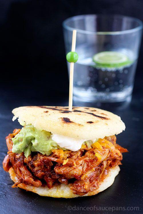 Arepas de pollo chile - Arepas son un alimento básico en Venezuela y Colombia . Un crujiente en la torta de maíz fuera llenos de la mejor ají de gallina .