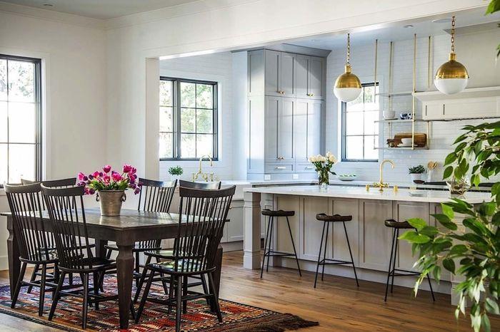 eine gemütliche Atmosphäre in Wohnzimmer schaffen, Holztisch und  Stühle, Vintage Lampen