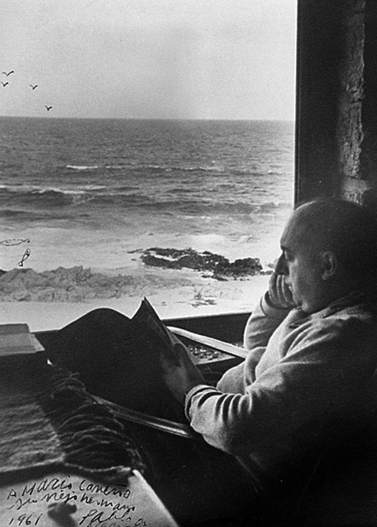 Hoy hace 109 años que nació Pablo Neruda: «Todo lo que usted quiera, sí señor, pero son las palabras que cantan las que suben y bajan... Me prosterno ante ellas... Las amo, las adhiero, las persigo, las muerdo, las derrito... Amo tanto las palabras... Las inesperadas... Las que glotonamente se esperan, se acechan, hasta que de pronto caen... Vocablos amados... Brillan como piedras de colores, saltan como platinados peces, son espuma, hilo, metal, rocío...» http://www.veniracuento.com/