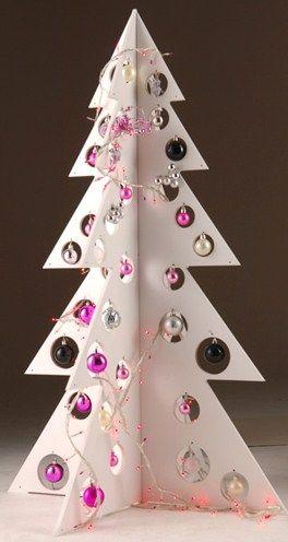Turorial : How to make a Christmas tree carton / Tutoriel : Réaliser un sapin de noël en carton Pour faire un sapin de Noël comme celui-là vous avez donc besoin d'un grand carton, d'un crayon, d'un cutter, de kraft gommé, de feuilles de papier de soie,...
