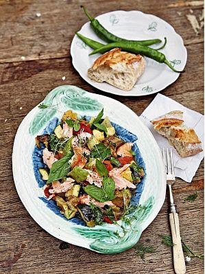 Салат из печеных овощей с лососем