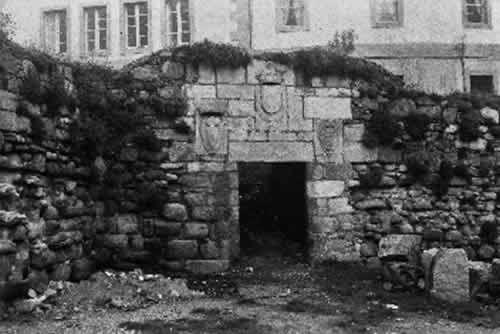 Muralla. Detalle de la Puerta del Parrote (ou da Cruz) de la antigua Muralla defensiva de A Coruña. La foto es de 1963 Fuente: Academia Galega de Belas Artes