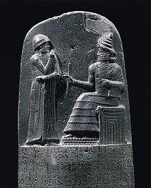 Parte superior da estela do Código de Hamurabi.