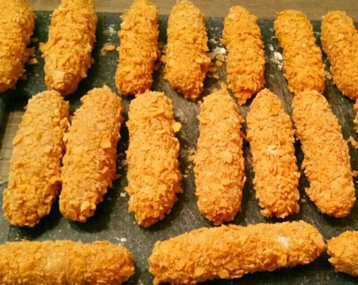 Recept om zelf kipcorn te maken. Ik heb er 25 ingevroren. Ik maal kipfilet tot gehakt. Dat kruid ik met kipkruiden, paprikapoeder, beetje uienpoeder en wat knoflookpoeder. .