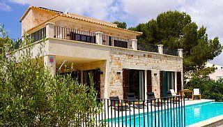 Charmante NeubauVilla mit Pool und Meerblick - nur 200 m zum StrandFerienhaus in Cala Llombards von @homeaway! #vacation #rental #travel #homeaway