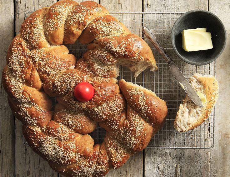 Λαμπροκουλούρα από τον Άκη. Η λαμπροκουλούρα παραδοσιακά είναι το ψωμί που φτιάχνεται αποκλειστικά το Πάσχα, συνήθως τη Μεγάλη Πέμπτη ή το Μεγάλο Σάββατο.