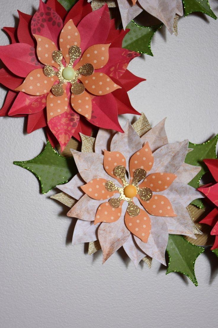 Guirlanda de Natal, confeccionada com flores de papel para scrapbooking e estruturada com papelão Holler  Tem glitter nas folhas e nos miolinhos