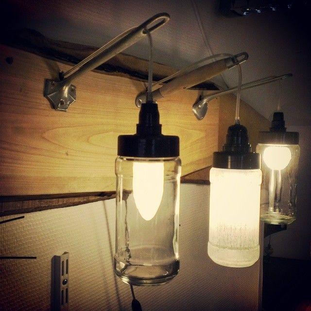 Lampe réalisée à l'aide de bocaux, de manche de passoire et d'une planche de bois, tout cela provenant de la récup'. Le P'tit Baz'art http://lepetitbazart.com/