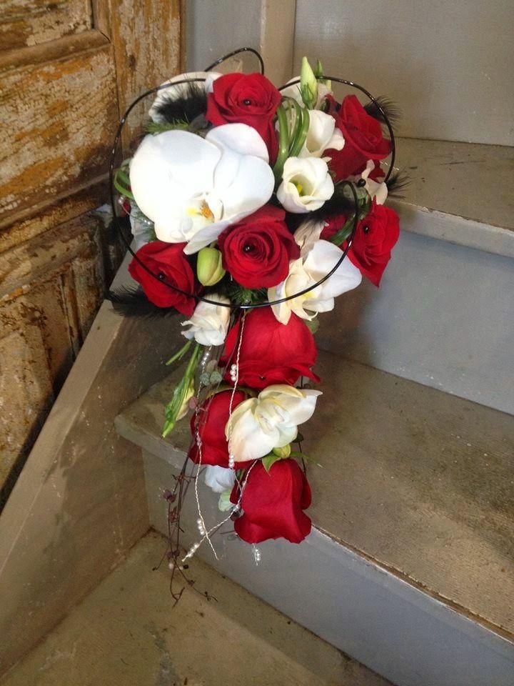 Mariage en rouge, noir et blanc par Arum Nature Fleuriste Dolus d'Oléron…