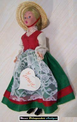 Meus Brinquedos Antigos (My Old Toys): 1950s A boneca Firenze é um produto da empresa italiana Lenci, feita com plástico rígido e feltro. A Lenci é uma empresa de tradição na fabricação de bonecas desde o início do século XX. A Firenze pertence ao catálogo dos anos 50/60,